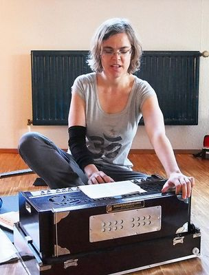 Lisa am Harmonium