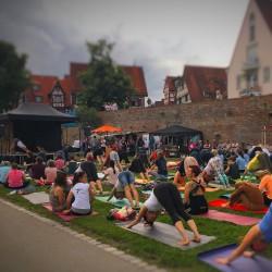 108 Sonnengrüße zum Internationalen Yogatag in Ulm